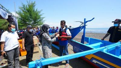 Bupati Banyuwangi Serahkan Bantuan 8 Kapal Fiber untuk Nelayan